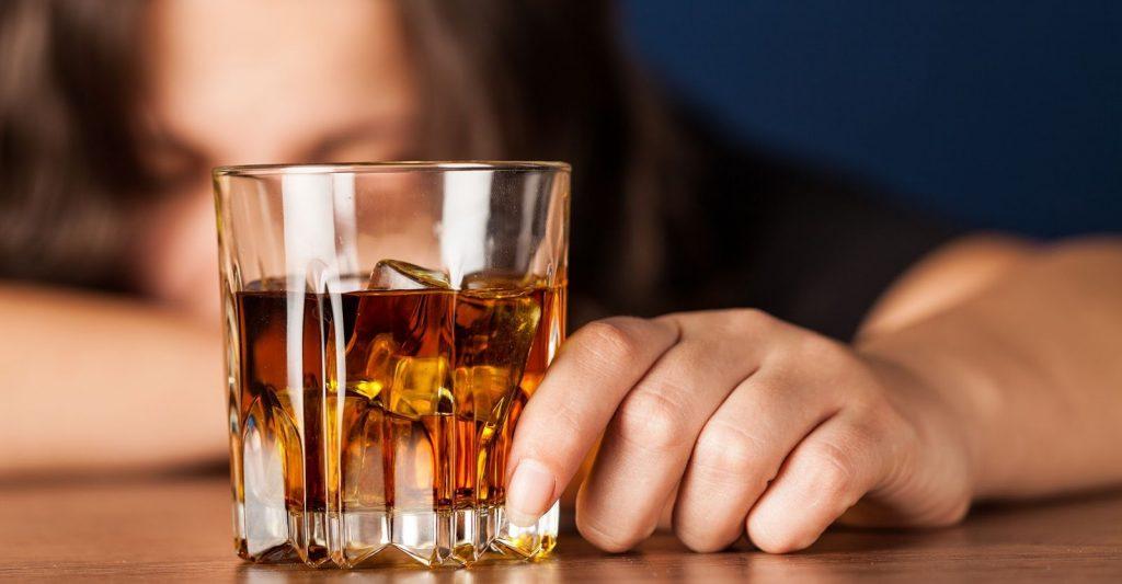 Conheça e aprenda a identificar os sintomas do alcoolismo!