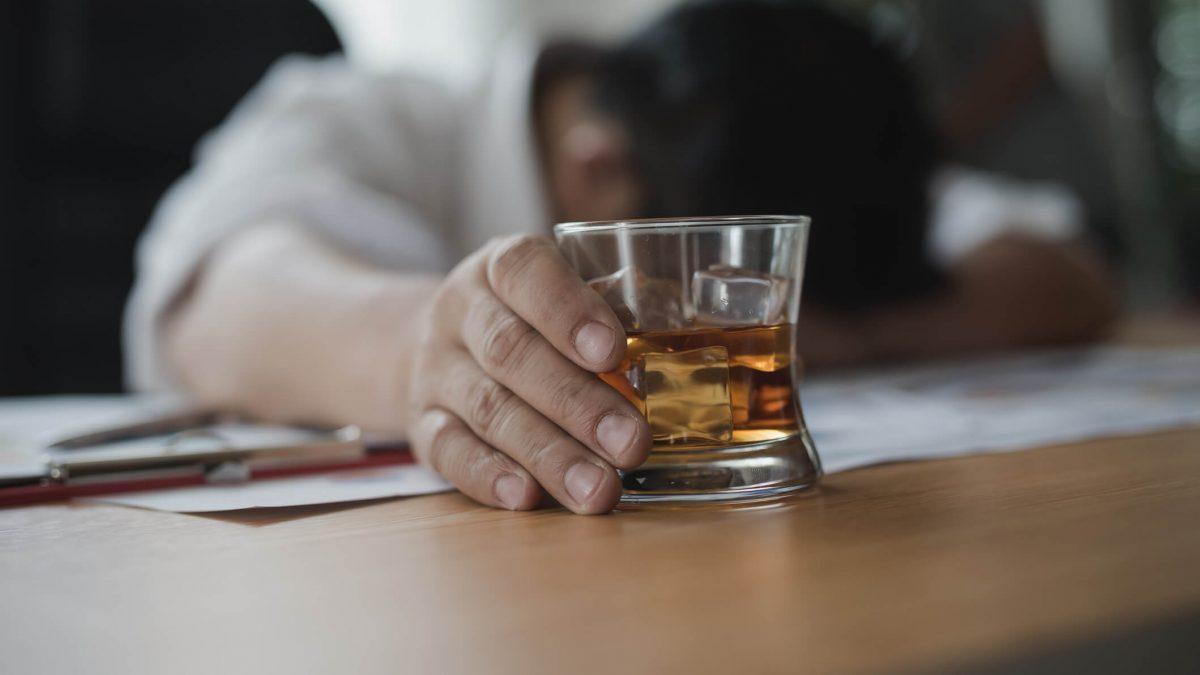 Você sabia que trabalhador alcoólatra não pode ser demitido nem por justa causa?